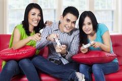 Adolescents jouant des jeux d'ordinateur Image stock