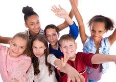 Adolescents joyeux avec des mains vers le haut de vue supérieure Photographie stock