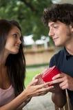 Adolescents le jour de Valentine photographie stock libre de droits