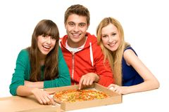 Adolescents mangeant de la pizza Images stock