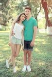 Adolescents modernes de couples de portrait d'été de vintage en parc Image libre de droits