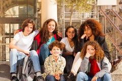 Adolescents multi-ethniques s'asseyant ensemble dehors Photo libre de droits