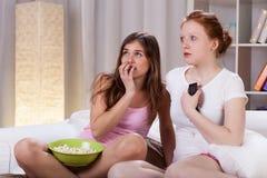 Adolescents observant le film d'horreur Photographie stock