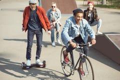 Adolescents passant le temps en parc de planche à roulettes, adolescents ayant le concept d'amusement Photographie stock libre de droits