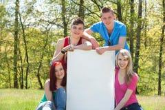Adolescents présent un espace vide de copie Photo libre de droits