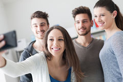 Adolescents prenant des selfies avec un téléphone portable Photos stock
