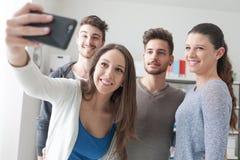 Adolescents prenant des selfies avec un téléphone portable Image libre de droits