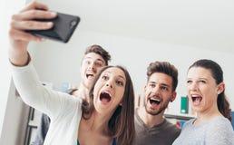 Adolescents prenant des selfies avec un téléphone portable Images stock