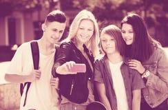 Adolescents prenant la photo mobile d'individu Photos stock