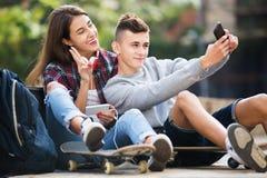 Adolescents prenant le selfie avec le smartphone Photographie stock