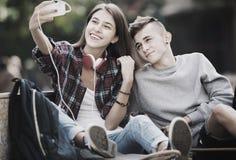 Adolescents prenant le selfie avec le smartphone Images libres de droits