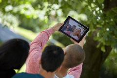 Adolescents prenant le selfie dehors Photos libres de droits