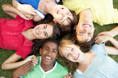 Adolescents recherchant dans l'appareil-photo Photo libre de droits