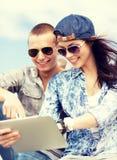 Adolescents regardant le PC de comprimé Image libre de droits
