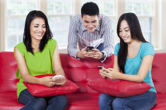Adolescents regardant le smartphone Photos stock