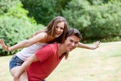 Adolescents riants jouant autour en parc Photographie stock