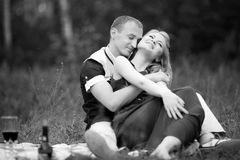 Adolescents s'asseyant sur l'herbe Images stock