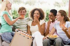 adolescents s'asseyants de groupe de divan Photos stock