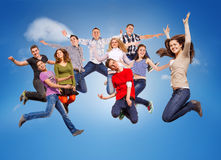 Adolescents sautants heureux Images libres de droits