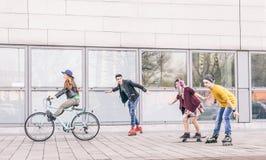 Adolescents se réunissant dehors Image libre de droits