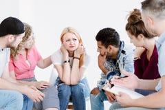 Adolescents soutenant la fille triste Photo libre de droits