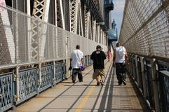 Adolescents urbains sur la passerelle de Manhattan, New York Photos stock