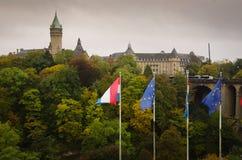 Adolphe Bridge och flaggorna, Luxembourg Arkivbilder
