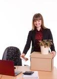 Adoptado en el trabajo en muchacha de oficina pone cosas de la caja Fotografía de archivo libre de regalías