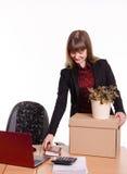 Adoptado en el trabajo en muchacha de oficina pone cosas de la caja Fotografía de archivo