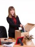 Adoptado en muchacha de oficina pone sus cosas de la caja Fotos de archivo libres de regalías