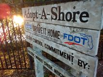 Adoptez un signe de rivage photo libre de droits