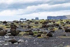 adoquines en la playa del negro de Reynisfjara en Islandia Fotografía de archivo libre de regalías