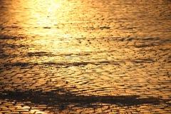 adoquines en la puesta del sol, fondo de la calle Foto de archivo