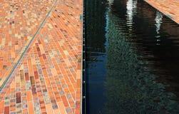 Adoquines y agua superficial en luz del sol Imagen de archivo