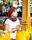 Adoração bonita da mulher a Buda Foto de Stock