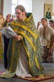 Adoração cristã no dia da veneração do ícone ortodoxo de Saint da mãe de Kaluga do deus no distrito de Iznoskovsky, Kaluga Fotos de Stock Royalty Free