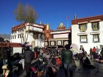 Adoração da multidão fora do templo de Jokhang imagens de stock