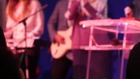 A adoração, mão levantada na igreja reza dentro video estoque