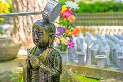 Adoração na estátua de Jizo fotos de stock