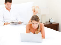Adorable couple surfing on the internet Royalty Free Stock Photos
