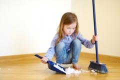 Adorable girl helping her mom to clean up royalty-vrije stock afbeeldingen