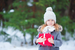 Adorable little girl with christmas box gift in Royalty Free Stock Photos