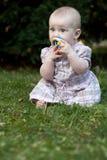 Adorable toddle en un césped en un parque Fotos de archivo libres de regalías