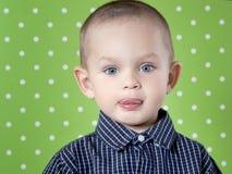Adorable un niño pequeño que mira la cámara Imagen de archivo