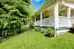 Adorable white house with well kept front lawn. Royalty Free Stock Photos