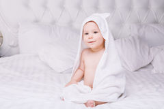 Adorablemente mentira del bebé en la toalla blanca en cama Concepto feliz de la niñez y de la atención sanitaria Fotografía de archivo libre de regalías