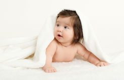 Adorablemente mentira del bebé en la toalla blanca en cama Concepto feliz de la niñez y de la atención sanitaria amarillo entonad Foto de archivo libre de regalías
