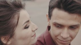 Adorably atrakcyjny para buziak each inny Zamyka w górę strzału zdjęcie wideo