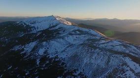 Adoración aérea de la religión de la salida del sol del vuelo del paisaje de la nieve de montaña del pico de la puesta del sol de almacen de video