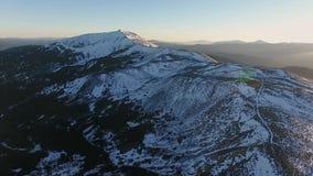 Adoración aérea de la religión de la salida del sol del vuelo del paisaje de la nieve de montaña del pico de la puesta del sol de almacen de metraje de vídeo